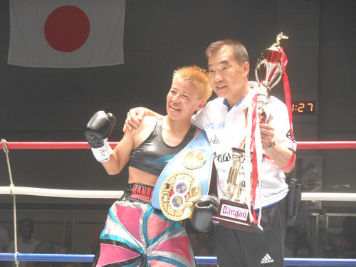 初防衛に成功した王者花形冴美(左)と花形進会長