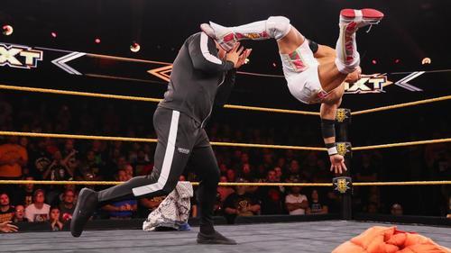 UK王者ウォルター(左)に跳び蹴りを見舞うKUSHIDA(C)2019WWE,Inc.AllRightsReserved.