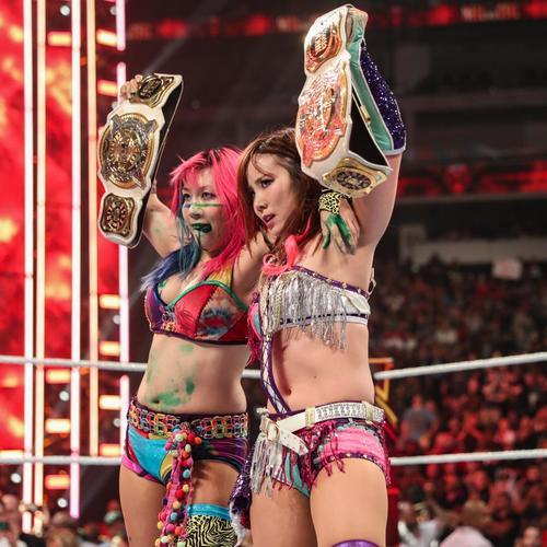 WWE女子タッグ王座のベルトを掲げるアスカ(左)とセイン(C)2019WWE,Inc.AllRightsReserved