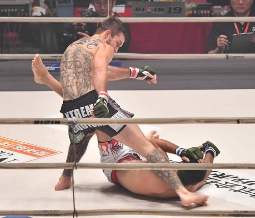 ホベルト・サトシ・ソウザに蹴りを見舞い勝利するジョニー・ケース(撮影・上田博志)