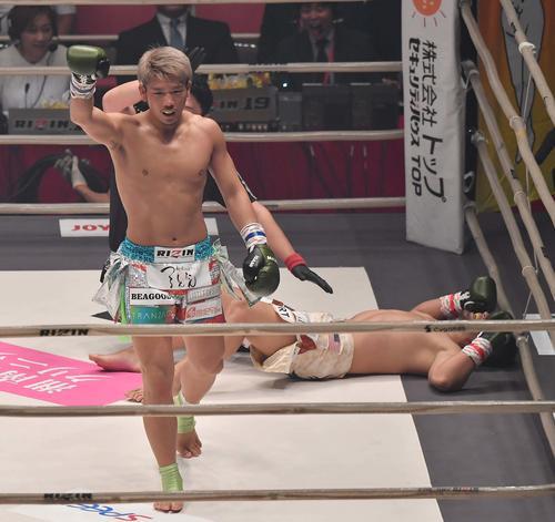 1回、HIROYAに蹴りを見舞いKO勝利する小西拓槙(撮影・上田博志)