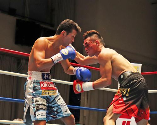 ジュンリエル・ラモラル(右)に3回TKOで敗れた和気慎吾(撮影・高場泉穂)