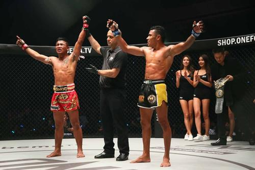 判定勝利を喜ぶロッタン(左端)(C)ONEChampionship