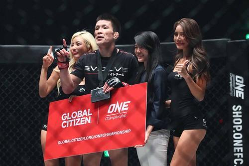 秒殺勝利を挙げた青木(左から2番目)は自信の表情(C)ONEChampionship