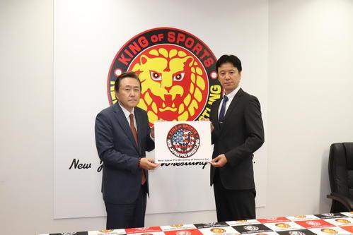 新日本プロレスは米国に新会社を設立したことを発表。会見を行った新日本プロレス菅林直樹会長(左)と新会社の大張高己代表