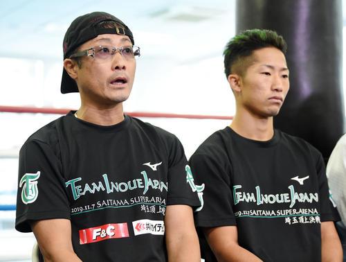 井上拓(右)の調子の良さをアピールする真吾トレーナー(撮影・横山健太)