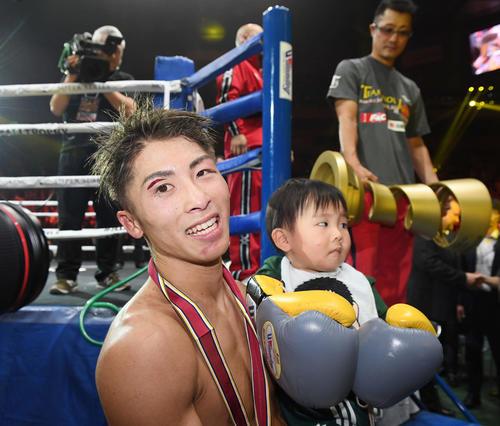 ドネアに勝利した井上尚は長男・明波くんを抱っこし笑顔(撮影・鈴木みどり)