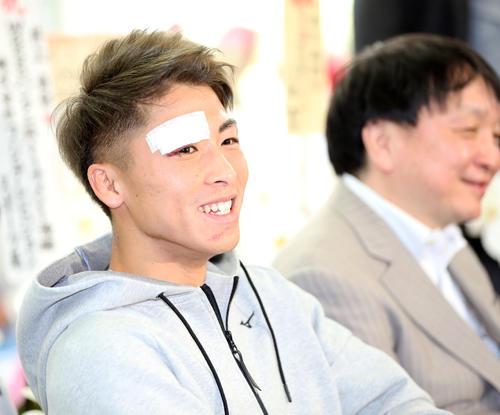 一夜明けの会見で笑顔を見せる井上尚弥(左)(撮影・狩俣裕三)