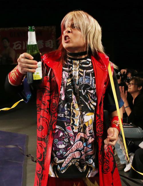 4月23日、全日本プロレス仙台大会の10人タッグマッチに登場し、シャンパンを手にする愛澤No.1(撮影・野上伸悟)