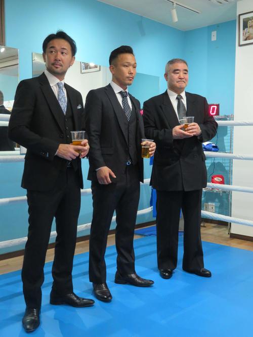 帝拳ジムの浜田代表(右端)、元WBC世界バンタム級王者山中氏(左端)とジムのプレオープンで乾杯する元WBA世界スーパーバンタム級王者下田氏