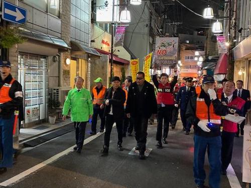 JR大塚駅前をパトロールした蝶野正洋(中央)