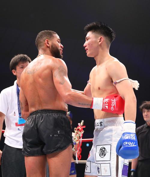 試合後、健闘をたたえ合うピケオー(左)と近藤(撮影・河田真司)