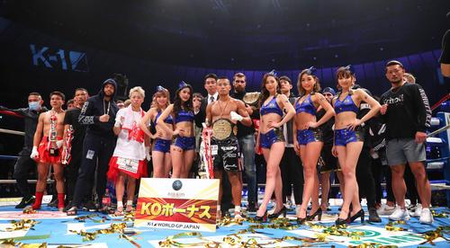 江川(中央)を中心にフォトセッションで写真に納まる「K-1 WORLD GP2019~よこはまつり~」の出場選手たち(撮影・河田真司)