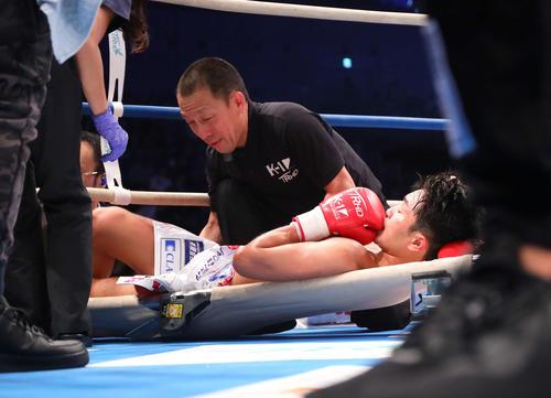 第2R、アーサー・メイヤーにTKOで敗れ担架で運ばれる西京(撮影・河田真司)