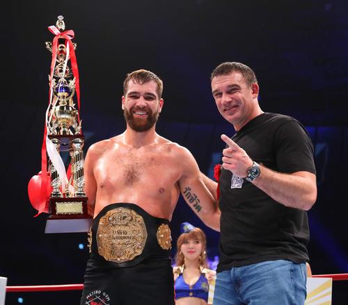 KO勝利で初防衛するロエル・マナート(左)はピーター・アーツと写真に納まる(撮影・河田真司)