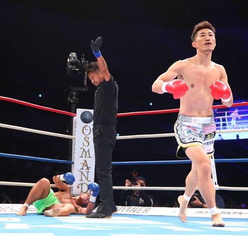 第1R、瑠久(左)にKO勝利する山崎(撮影・河田真司)