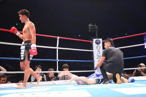 第2R、金子(右)にKO勝利する林(撮影・河田真司)