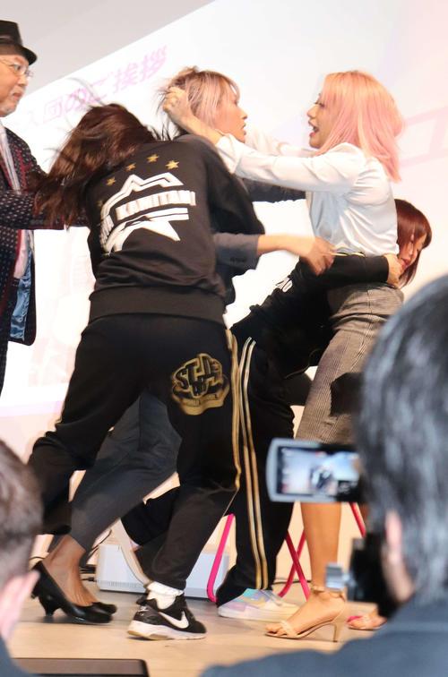 ジュリア(中央)の入団会見中に、木村花(右)が「ハーフは2人いらない」と乱入。言い争いの後、乱闘に発展した