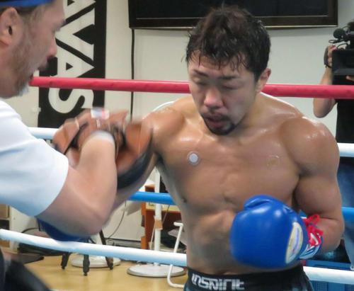 松本トレーナー(左)とのミット打ちを消化した元3階級制覇王者八重樫