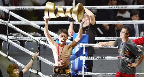 11月、WBSS世界バンタム級トーナメント決勝でドネアに勝利し、カップを力強く掲げ、雄たけびを上げる井上尚