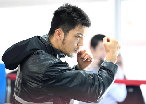 真剣な表情でトレーニングをする村田(撮影・横山健太)
