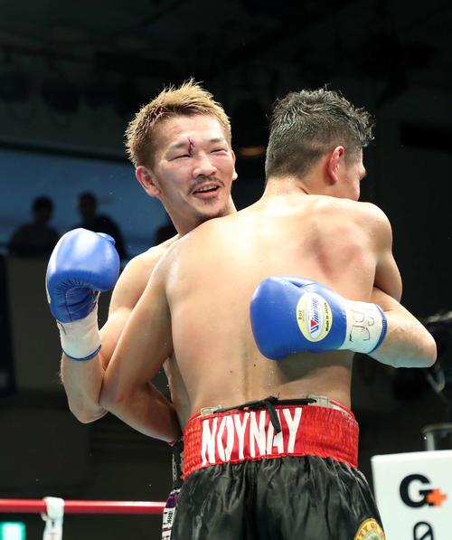 試合後、ジョー・ノイナイ(右)と抱き合う尾川(撮影・鈴木正人)