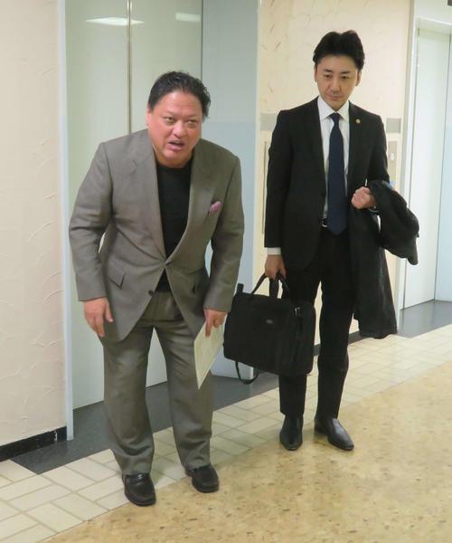 東日本ボクシング協会を訪問した協栄ジムの金平会長(左)。右は太田弁護士
