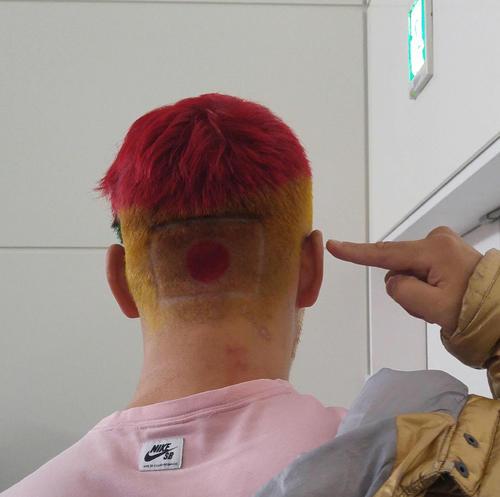 藤本京太郎は後頭部の髪を日の丸にして、ロンドンへ出発