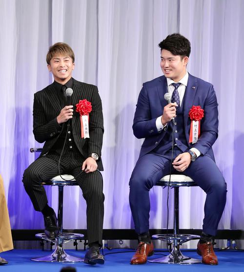 報知プロスポーツ大賞授賞式で笑い合う井上尚弥(左)とヤクルト村上宗隆(撮影・浅見桂子)