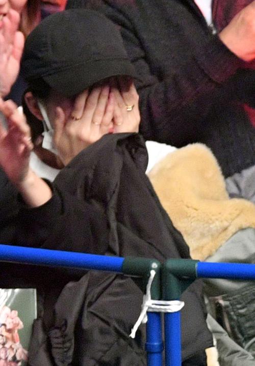 矢地対上迫 矢地の勝利に涙を流し喜ぶ川口春奈(撮影・滝沢徹郎)