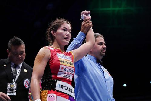 WBO女子世界スーパーフライ級タイトルマッチ 吉田実代(左)は石麗萍を破って王座を防衛し、勝ち名乗りを受ける(撮影・加藤諒)