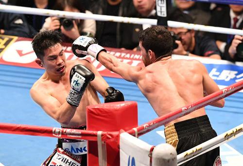 6回、井岡はシントロンの左ストレートをよける(撮影・山崎安昭)