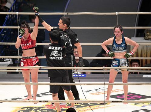 リンジー・ヴァンザント対RENA うれし涙を流しながら勝ち名乗りを受けるRENA(左)(撮影・滝沢徹郎)