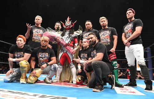 引退式でオカダ・カズチカ(後列左)らと記念撮影に臨む獣神サンダー・ライガー(2020年1月6日)