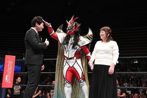 引退式で獣神サンダー・ライガーは泣きじゃくる息子貴光さんに突っ込みを入れる。右は千景夫人(撮影・山崎安昭)