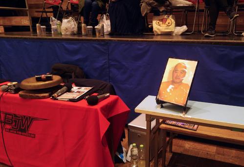 13日後楽園ホールで行われた大日本プロレス後楽園大会では、創設メンバーだったケンドー・ナガサキさんの遺影がリングサイドに飾られた(撮影・高場泉穂)