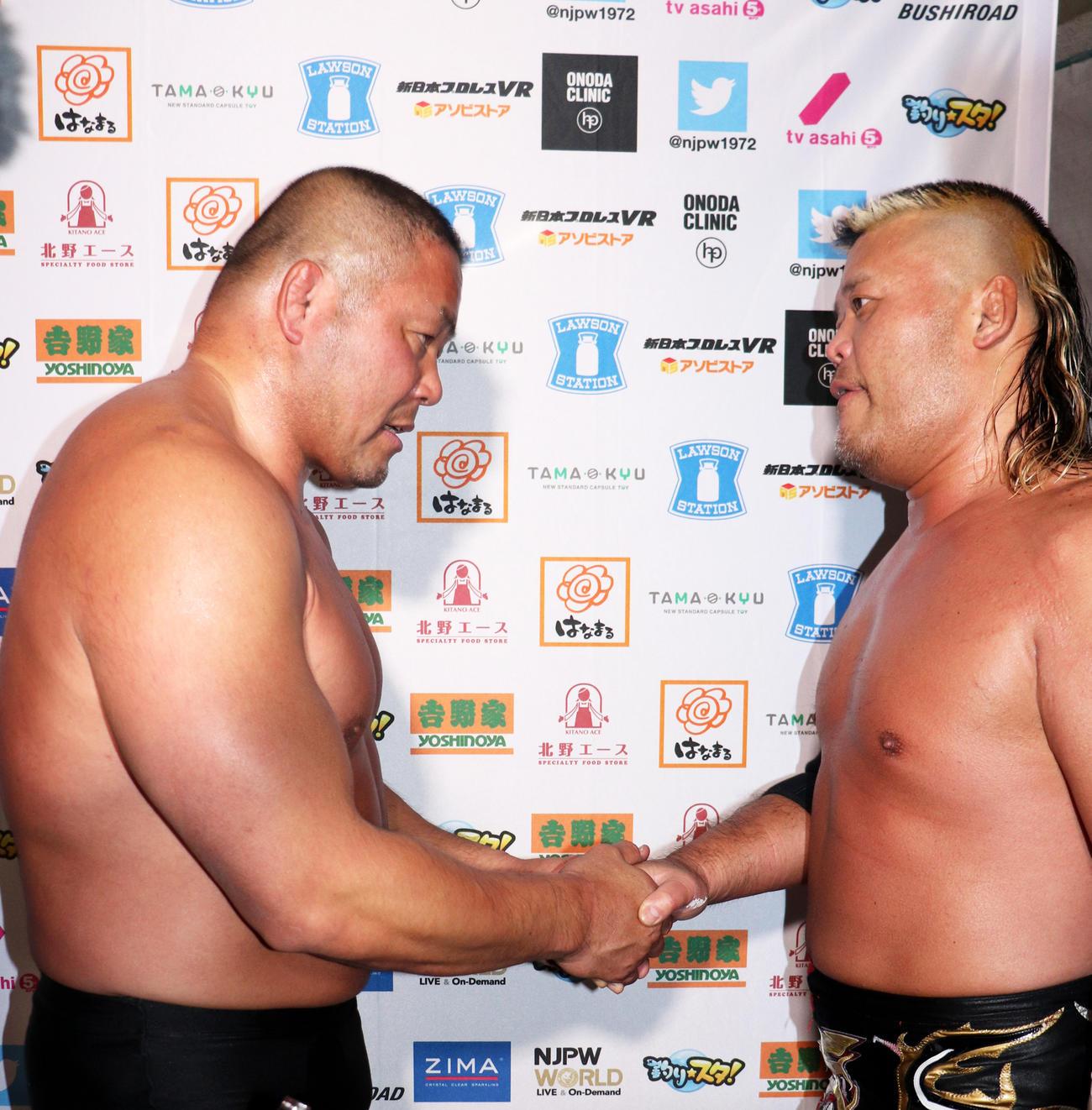2月22日に引退する中西学(左)は天山広吉とタッグを組みシリーズ参戦も黒星スタート。試合後に固い握手で巻き返しを誓った(撮影・高場泉穂)