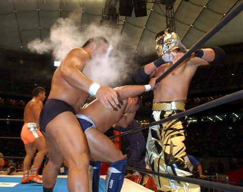 ケンドーカシン(右)は中西学に煙幕をかける(04年05月03日)