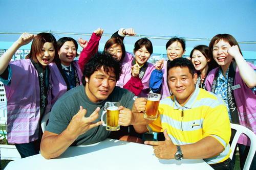 新日本プロレス中西学(左)と永田裕志は東京ドーム大会に向けてポーズ