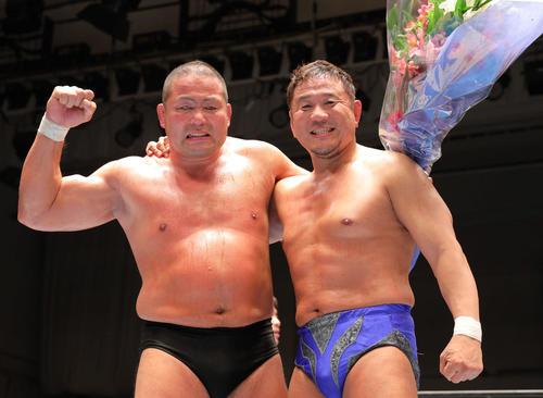 引退セレモニーで永田裕志(右)と肩を組み笑顔で写真に納まる中西(撮影・河田真司)