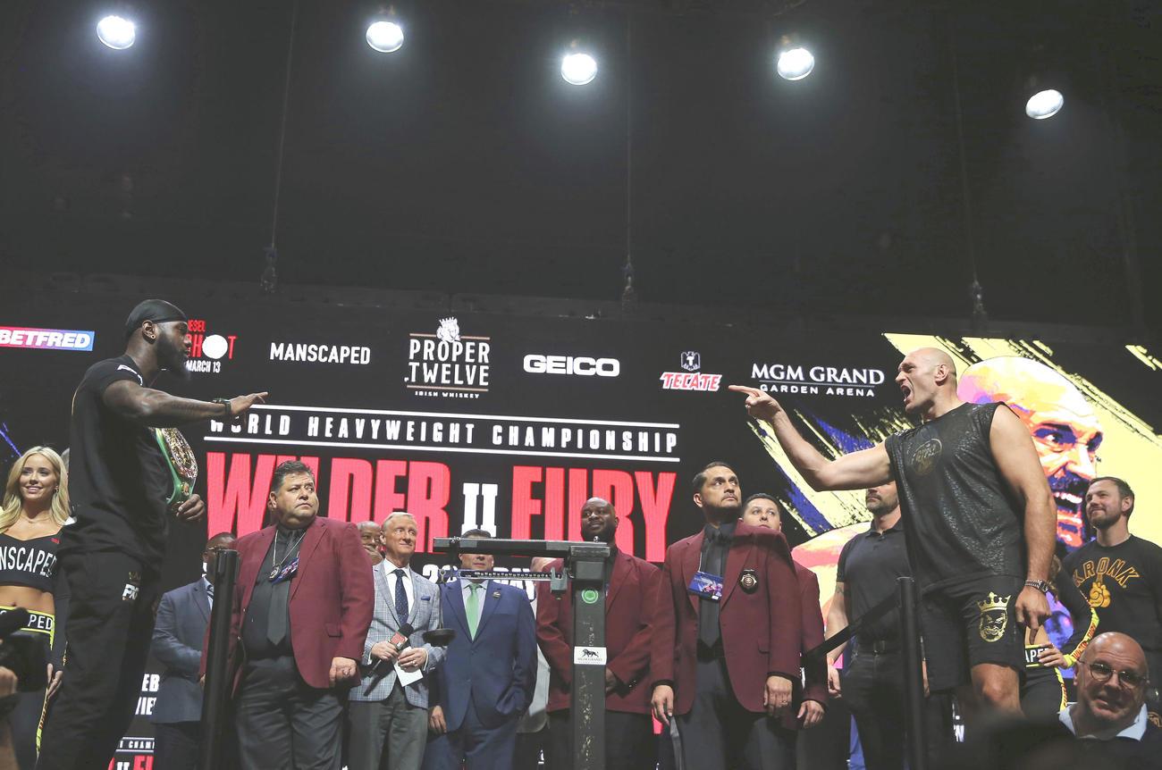 WBCヘビー級タイトルマッチの計量でにらみあうワイルダー(左)とフューリー(AP)