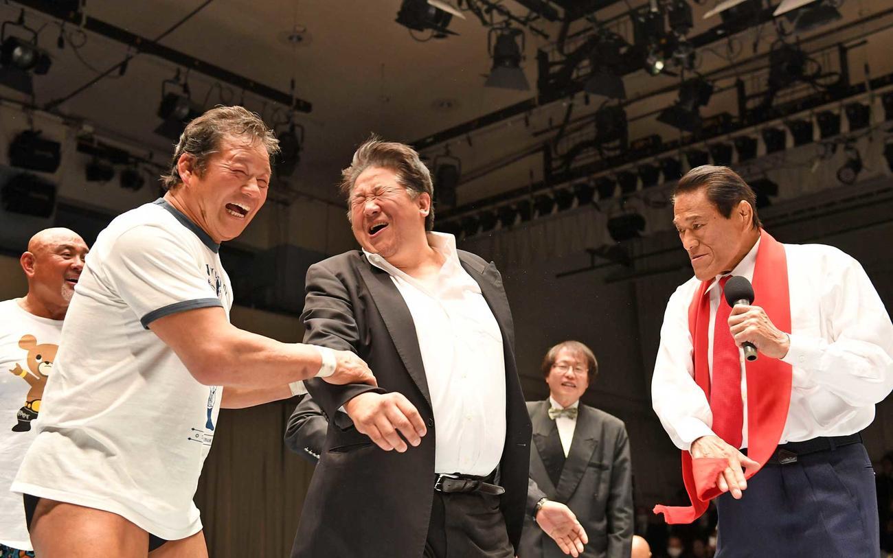 前田(中央)に闘魂ビンタをするアントニオ猪木(右)。左から武藤、藤波(撮影・横山健太)