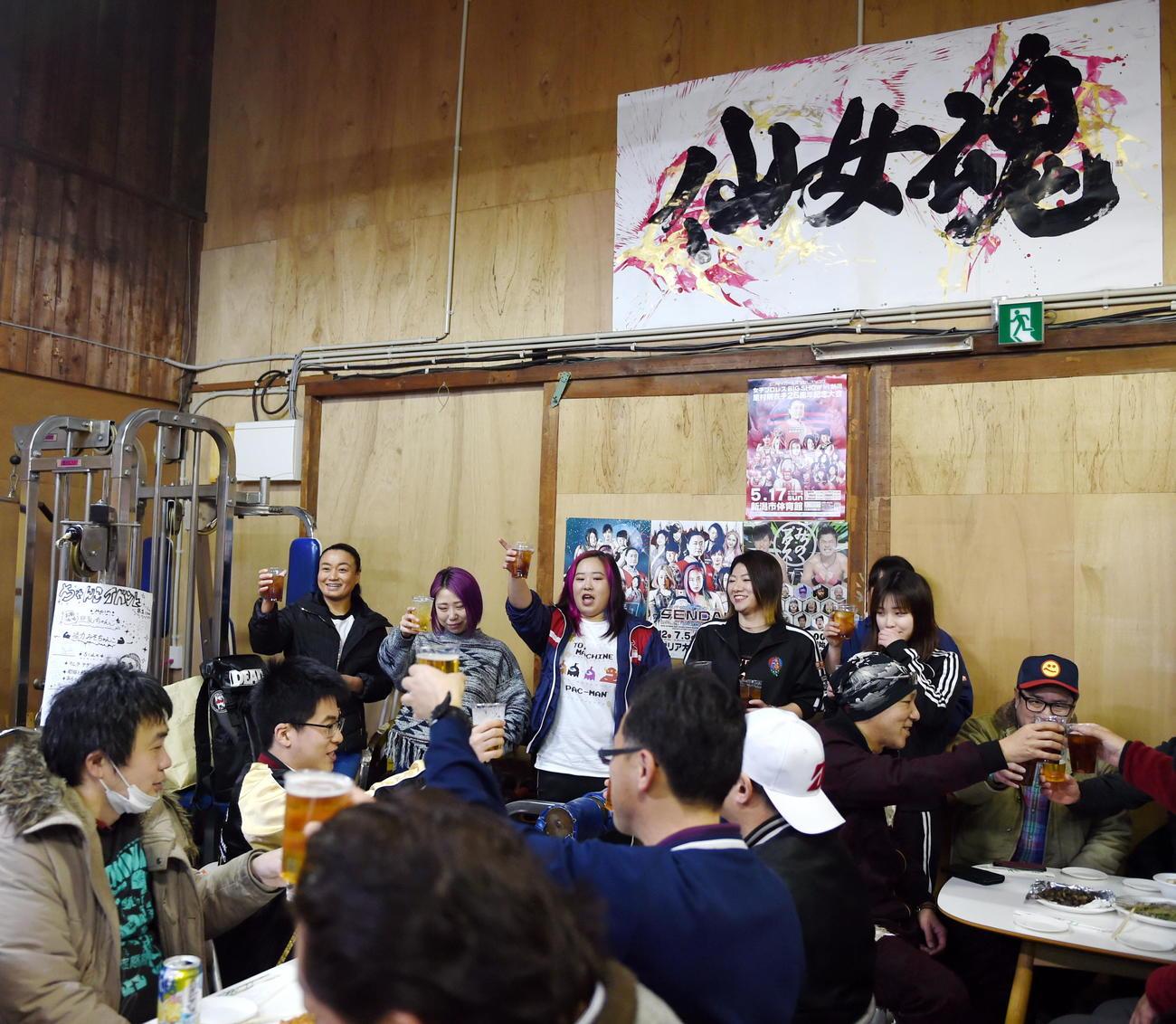 橋本(中央奥)を中心に乾杯をする選手と参加者(撮影・山田愛斗)