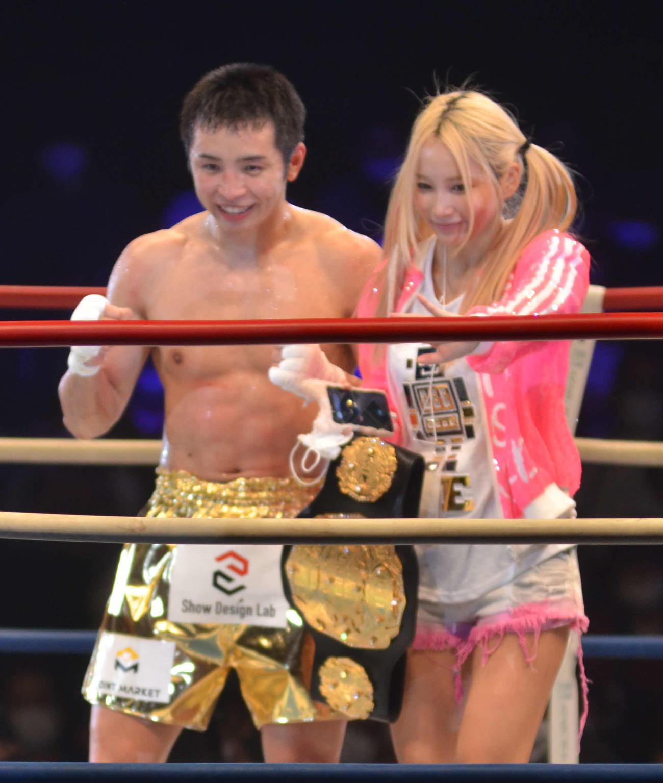 勝利後のリング上で妻サラさんにベルトを捧げ、プロポーズし直した久保優太(左)(撮影・吉池彰)