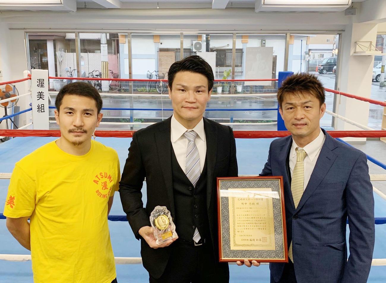 野中悠樹(中央)。左は仲村正男トレーナー、右は桂伸二トレーナー