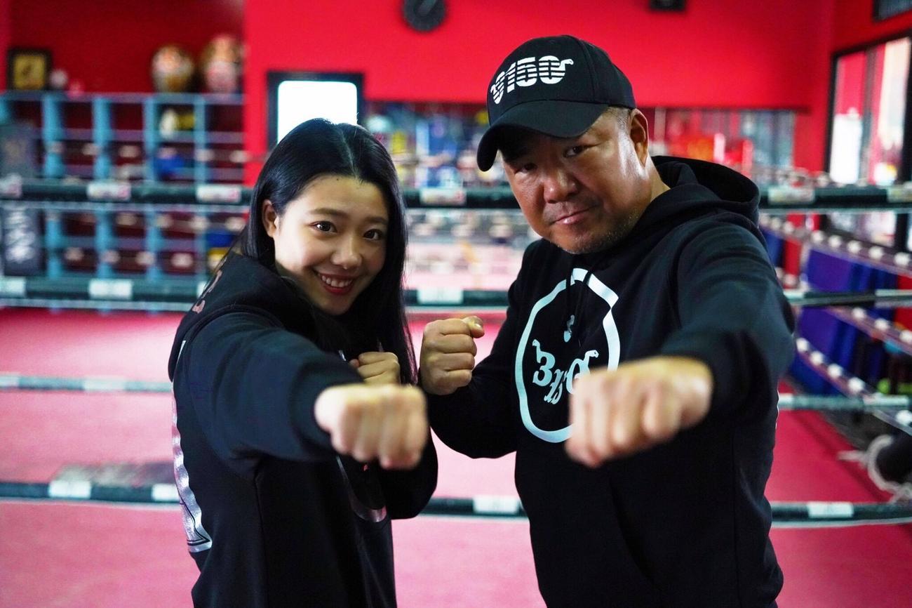 ユーチューバーとして活躍する亀田史郎氏(右)と長女の姫月 (C)亀田プロモーション