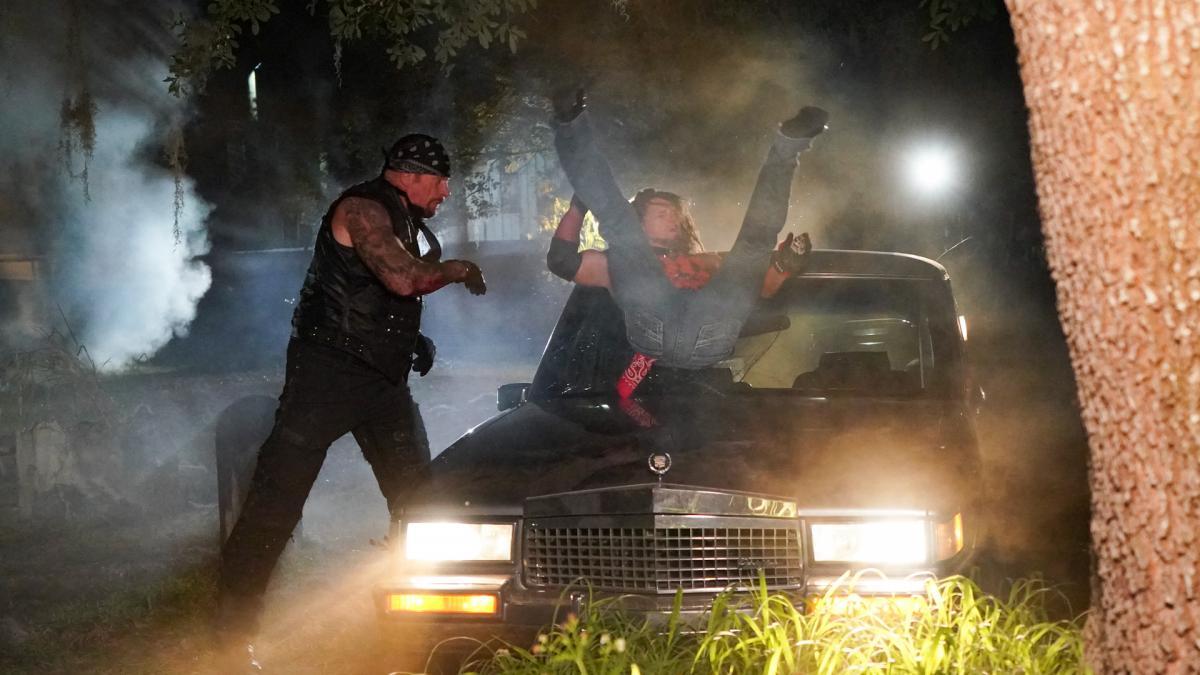 WWEレッスルマニア36のボーンヤードマッチで、霊きゅう車の上で争うジ・アンダーテイカー(左)とAJスタイルズ (C)2020WWE,Inc.AllRightsReserved