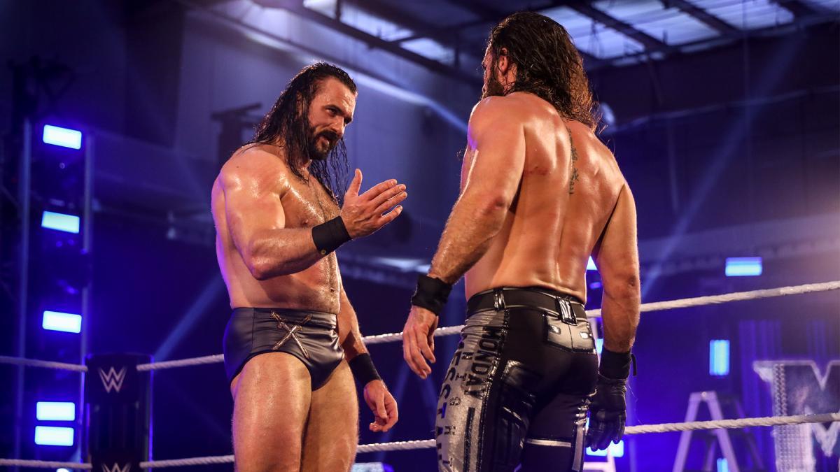 WWEヘビー級王座を防衛に成功し、挑戦者のロリンズ(右)に握手を求める王者マッキンタイア(C)2020WWE,Inc.AllRightsReserved.