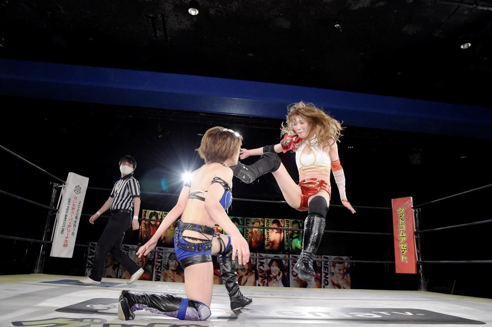 安納サオリ(左)にビッグブーツを決める赤井沙希(DDTプロレスリング提供)