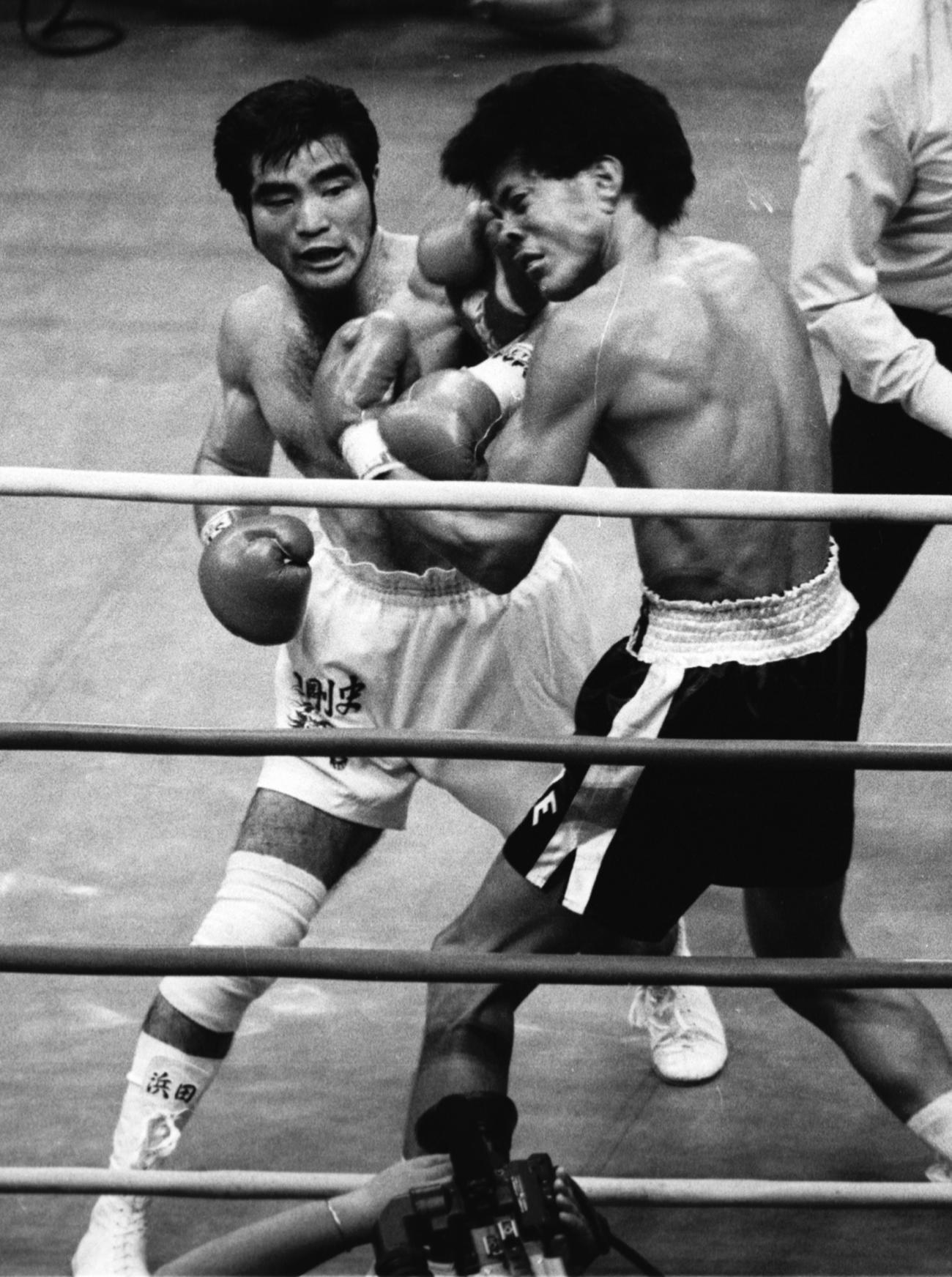 浜田剛史(左)はレネ・アルレドンドの顔面にパンチをヒットさせる(1986年7月24日撮影)